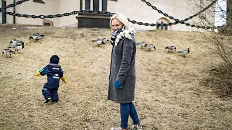 Ristiäisvieraat olivat jo Suomenlinnan kirkossa, kun Eliel Koivusipilän vanhemmat vielä pohtivat lapsen sukunimivalintaa. Veera Karhuvaaran mukaan lapselle muutetaan kaksoisnimi, jos uudistettava nimilaki sellaiset sallii.