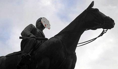 Mannerheimin ratsastajapatsas oli saanut naamarin Helsingissä perjantaiaamuna.