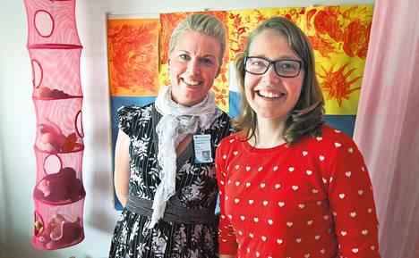 Lastenhoitajan pitää elää mukana lasten tunteissa: lohduttaa, iloita ja kehua, sanovat lastenhoitaja Kirsi Timgren (vas.) ja erityislastentarhanopettaja Lotta Korkeala.
