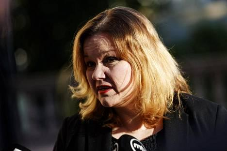 Ministeri Krista Kiuru kertoi keskiviikkona Säätytalolla, ettei hallitus anna yleistä suositusta kasvosuojusten käytöstä Suomessa.
