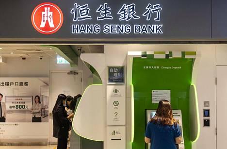 Ihmisiä oli asioimassa Hang Seng -pankin käteisautomaateilla Hongkongissa syyskuussa.
