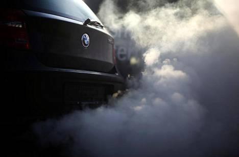 Maantieliikenteen kuten autojen päästöt ilmaan maksavat paljon, kertoo maanantaina julkaistu tutkimus.