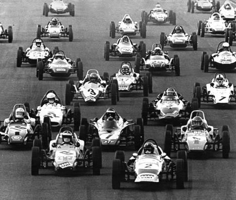 Ahveniston ajojen Formula Vee -sarjan lähdössä oli tunkua vuonna 1971.