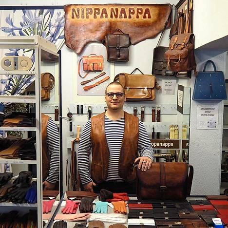 Nippanapan uusi yrittäjä Niko Tervamäki veti nahkaliivin ylleen ja asettui tiskin taakse.