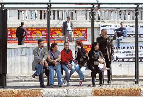 Turkkilaiset odottivat bussia Taksimin aukiolla Istanbulissa.