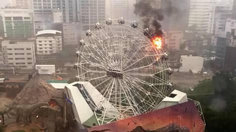 Bangkokin Dinosaur Planet -huvipuiston vaunu oli ilmiliekeissä, kunnes palokunta sai tilanteen hallintaan.