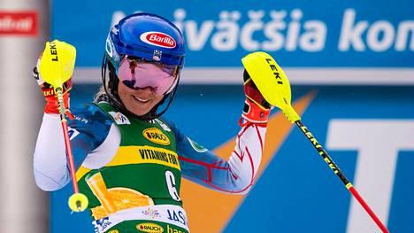 Mikael Shiffrin tuuletti pujottelucupin kilpailun voittoa Slovakiassa.