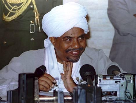 Sudanin presidentti Omar al-Bashir hymyili lehdistötilaisuudessa valtakautensa alkuvaiheissa vuonna 1994, jolloin hän oli 50-vuotias.