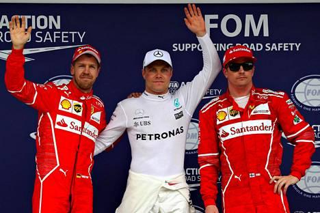 Valtteri Bottasta ja Kimi Räikköstä saatiin viime kaudella pari kertaa samaan kuvaan, kuten 11. marraskuuta Brasilian aika-ajon jälkeen. Vasemmalla Sebastian Vettel.