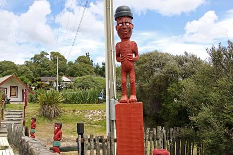 Whakarewarewa on ainutlaatuinen kohde, koska se ei ole rakennettu turistinähtävyys vaan aito asuttu kylä. Siellä kuumat lähteet kypsentävät ruuan ja toimivat kylpylöinä.