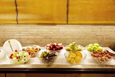 Klaus K:n hotelliaamiainen houkuttelee hotellivieraiden lisäksi bisnesväkeä aamupalalle. Tarjolla on perinteisten hedelmien ja kahvin lisäksi erikoisuuksia, kuten hevospossumakkaraa ja savumuikkua.