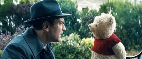 Risto Reipas (Ewan McGregor) turhautuu, kun Puh kyselee niin paljon.