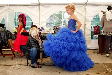 """Kilpailija valmistautui """"Mini-Miss"""" -kauneuskilpailuun viime syyskuussa Bobignyssä lähellä Pariisia. Eleganssia korostava kilpailu on tarkoitettu 7-12 -vuotiaille tytöille."""