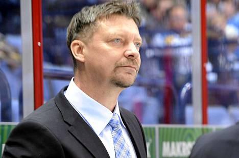 Jukka Jalonen seurasi Leijonien ensimmäistä ottelua rauhallisena.