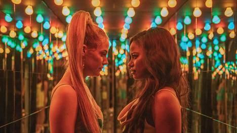 Riley Keoughin esittämä Stefani (vas.) ja Taylour Paigen esittämä Zola matkustavat Floridaan strippaamaan klubille elokuvassa Zola.