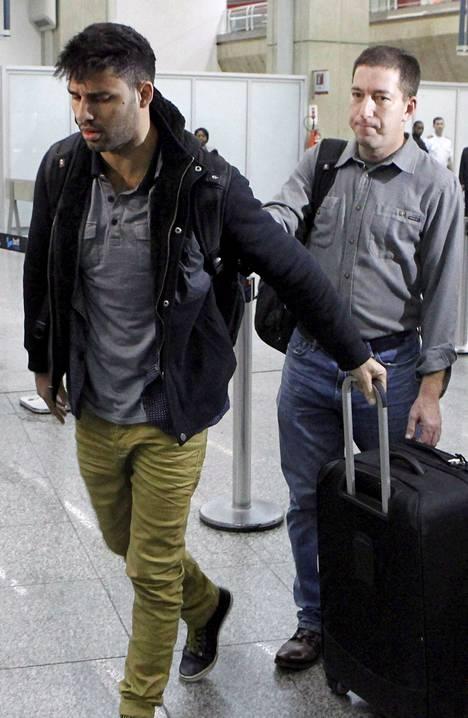 Toimittaja Glenn Greenwald (oik.) oli puolisoaan David Mirandaa vastassa Rio de Janeiron lentokentällä maanantaina.