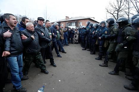 Mielenosoittajien ja poliisien rintamat kohtasivat Novi Sanžaryssa torstaina.