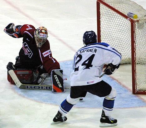 Rick DiPietro (vas.) pelasi urallaan myös Yhdysvaltojen maajoukkueen riveissä. Kuvassa Leijonien Sami Kapanen tekee maalin häntä vastaan vuoden 2001 MM-välierässä.