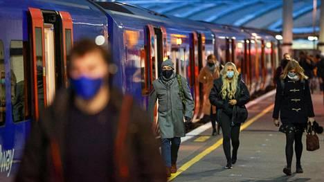 Ihmisiä käveli Waterloon asemalla Lontoossa tiistaina aamun ruuhka-aikaan.