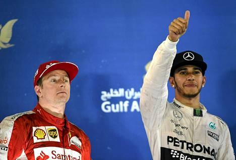 Luovuttaako Kimi Räikkönen (vas.) paikkansa Ferrarilla Lewis Hamiltonille?