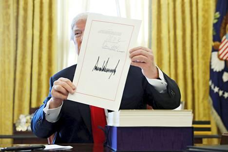Presidentti Donald Trump esitteli allekirjoittamaansa verolakia Valkoisessa talossa joulukuussa.