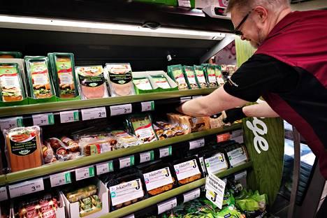 Yrjö Ahonen laittoi kasvismakkaroita hyllyyn Postitalon K-supermarketissa vappuaattona.
