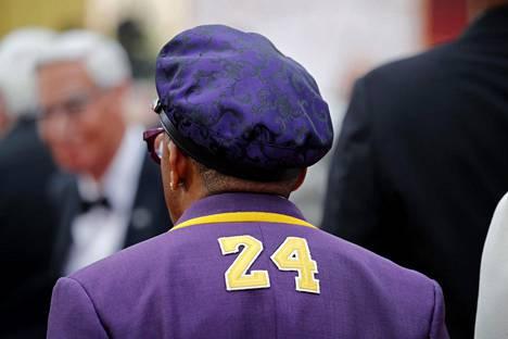 Elokuvantekijä Spike Lee saapui Oscar-juhlaan edesmennyttä koripalloilijaa Kobe Bryantia kunnioittavassa asussa.
