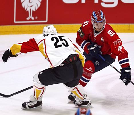 HIFK:n Corey Elkins (oik.) haastaa Skellefteån Axel Holmströmin. Elkins teki maalin Skellefteåa vastaan Mestarien liigan alkulohkossa.