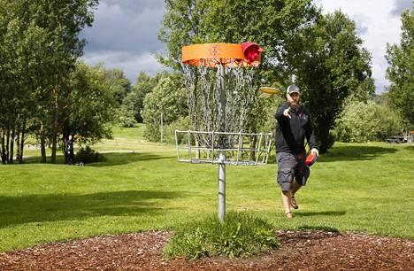 Kaupunkilaiset ovat ideoineet frisbeegolfratoja ympäri Helsinkiä. Kuvassa Janne Uggendahl Talin frisbeegolfkentällä.