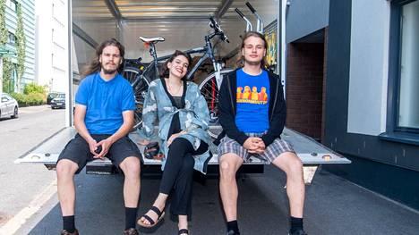 Teemu Taurula, Carolina Mobarac ja Tuomas Taurula tekevät ammatikseen muuttoja.