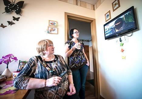 Yrittäjä Galina Kuntsmann (vas.) katsoi tyttärensä Jevgenian kanssa uutislähetystä viime keskiviikkona Lasnamäen lähiössä Tallinnassa.