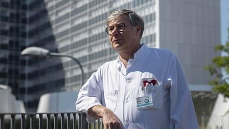 Infektiolääkäri Asko Järvinen pitää vaatimusta koronaviruksen tukahduttamisesta epä-älyllisenä.