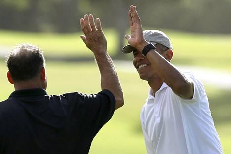 Barack Obama golfkentällä ystävänsä Bobby Titcombin kanssa.