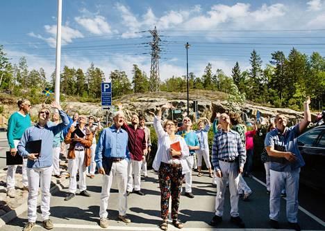 Örjanskören-kuoron laulajat vilkuttivat yleisölleen, joka pysytteli korkealla Villa Tollaren parvekkeiden suojissa.
