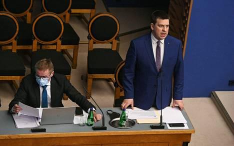 Eronnut pääministeri Juri Ratas (oik.) Viron parlamentin istunnossa keskiviikkona.