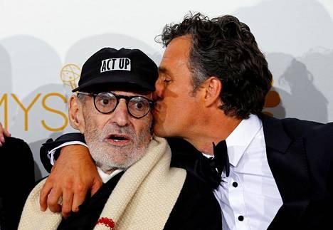 Larry Kramer poseeraa näyttelijä Mark Ruffalon kanssa Emmy-palkintogaalassa Los Angelesissa elokuussa 2014. Ruffalo esitti pääosaa Kramerin omaelämäkerrallisesta näytelmästä The Normal Heart tehdyssä elokuvassa.
