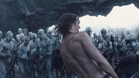 Alexander Skarsgård väistää keihäsiskun Tarzanin legendassa.