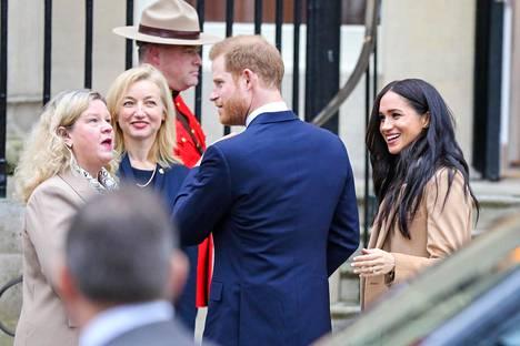 """Meghan ja Harry eivät käytä enää jatkossa etuliitteitä """"hänen kuninkaallinen korkeutensa"""". Heidät tunnetaan todennäköisesti nimillä Meghan, Sussexin herttuatar ja Harry, Sussexin herttua. Kuva on tammikuun alusta Kanada-talolta Lontoossa."""