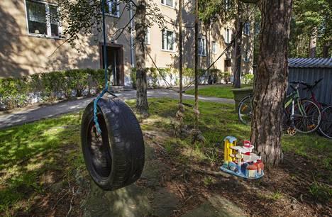 Leikkipaikka epäiltyjen entisen kodin ulkopuolella Tukholmassa.