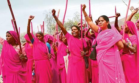 Naisten asema Intiassa on kurja, mutta Gulabi Gang -kansanliike ottaa tarvittaessa oikeuden omiin käsiinsä.