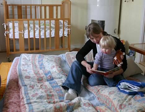 Ruotsalainen järjestelmä helpottaa vanhemman jäämistä kotiin lapsen sairastuessa. Camilla Kastner ja tytär Stina kotonaan Tolgin kylässä.