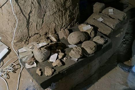 Tähän mennessä kaivauksissa on löytynyt useita asuinalueita ja rakennuksia, kuten esimerkiksi leipomo, jonka sisältä paljastui uuni ja astioita.
