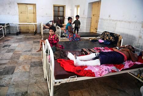 Myrskyssä loukkaantuneet ihmiset hakeutuivat hoitoon Intian Purin kaupungin sairaalaan sunnuntaina.