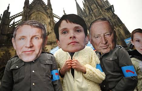 Kansainvälisen protestiryhmä Avaazin jäsenet pukeutuivat Saksan oikeistopuolue AFD:n johtajia esittäviin naamareihin ja kolmannen valtakunnan uniformuihin osoittaessaan mieltä Kölnissä perjantaina. Kaupungissa järjestetään AFD:n puoluekokous viikonloppuna.