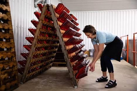 Mila Omes on työskennellyt Rönnvikissä jo 18 vuotta. Hän vastaa viinintuotannosta ja ravintolapalveluista.