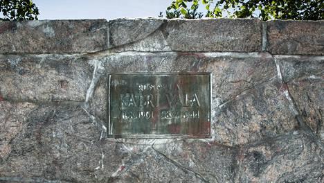 Runoilija Katri Vala haudattiin kotipuistoonsa 1945.