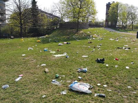 Puisto jäi kävijöiden jäljiltä roskaiseksi.