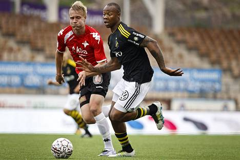 HIFK:n Juho Pirttijoki yritti pysyä AIK:n Carlos Strandbergin vauhdissa.