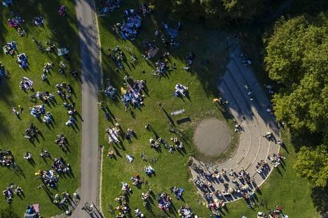 Helsingin Alppipuistoon kerääntyi väkeä lauantai-iltana.