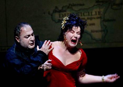 Karita Mattila esiintyi New Yorkissa vuonna 2009. Tuolloin Metropolitan-ooppera teki versionsa Giacomo Puccinin teoksesta Tosca.